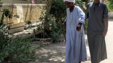 """Photo of """"بلدي محتجاني""""..مسن يتعكز علي حفيده ليدلي بصوته في إعادة الشيوخ بحجازة في قوص"""