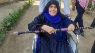 "Photo of مسنة علي كرسي متحرك تدلي بصوتها في حجازة ""علشان خاطر مصر"""