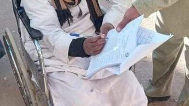 Photo of علي كرسي متحرك…شاب من ذوي الاحتياجات الخاصة يدلي بصوته في لجنة بحجازة