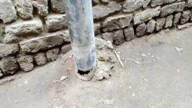 """Photo of صور..أعمدة الكهرباء تهدد حياة المواطنين في نجع """"مكي"""" بالوقف"""