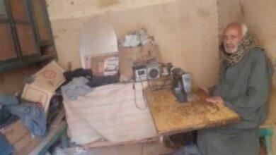 "Photo of العم ""مدني"" 50عامًا في خياطة الجلباب الصعيدي بقوص ""كان متر القماش بقروش"""