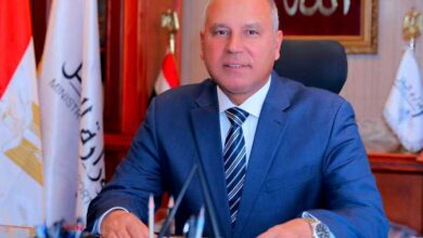 "Photo of ""وزير النقل"" يوجه بتكريم وصرف مكافأة لسائق قطار انقذ سيدة في أبوتشت"