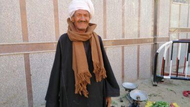 """Photo of بالصور..العم """"هليل""""55 عاماً في بيع الخضار العضوية بأسواق دشنا"""