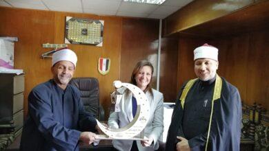 Photo of برلمانية قبطية بقنا تهدى وكيل الأوقاف فانوس رمضان
