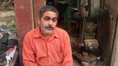 """Photo of العم بطرس """"طبيب الأحذية"""" بقنا.. 20 عامًا في مهنة الإسكافي والدخل 50 جنيهًا"""