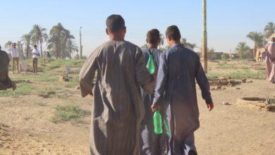 """Photo of بالصور..عادات أهالي الوقف في العيد: """"توزيع الحلوي ورش المياه على قبور موتاهم"""""""
