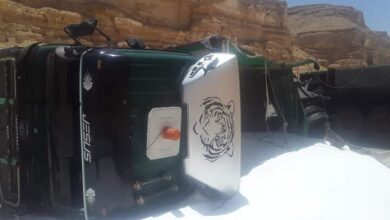 Photo of انقلاب سيارة محملة بالأسمدة الكيماوية على الطريق الصحراوي بأبوتشت